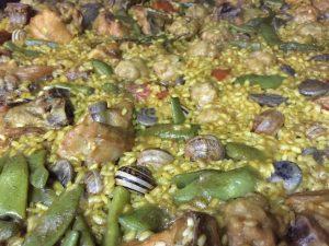 Paella con caracoles, pelotas y pimiento